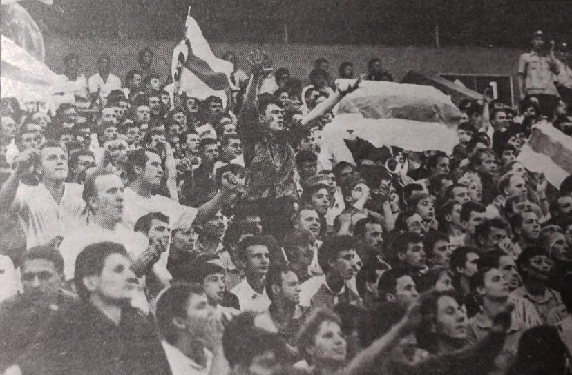 Многие болельщики пришли на стадион с бело-красно-белым флагом, хотя официально он уже не был символом Беларуси