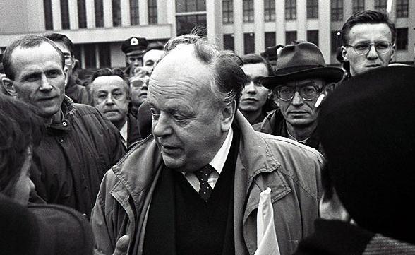 Cтанисла Шушкевич на пикете против референдума, 16 ноября 1996 года