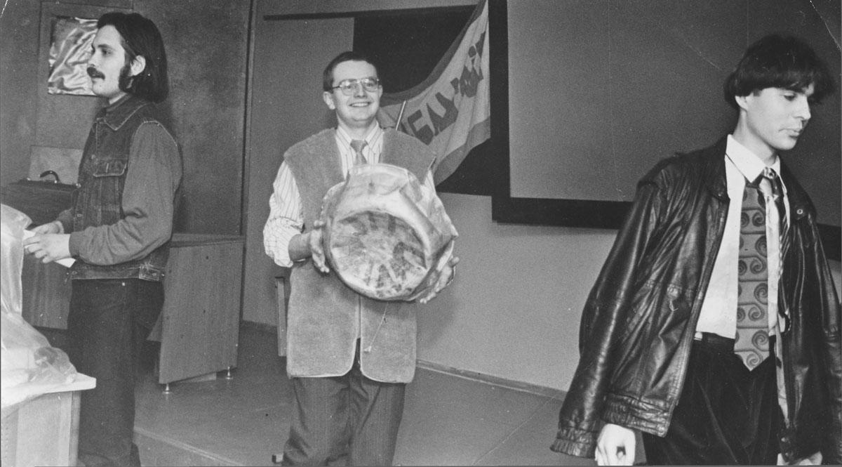 Алесь Туровіч, Міхась Башура і Зміцер Вішнёў на імпрэзе «Бум-Бам-Літ über alles». Менскі дзяржаўны педагагічны ўніверсітэт імя М. Танка, 24 лютага 1997 г.
