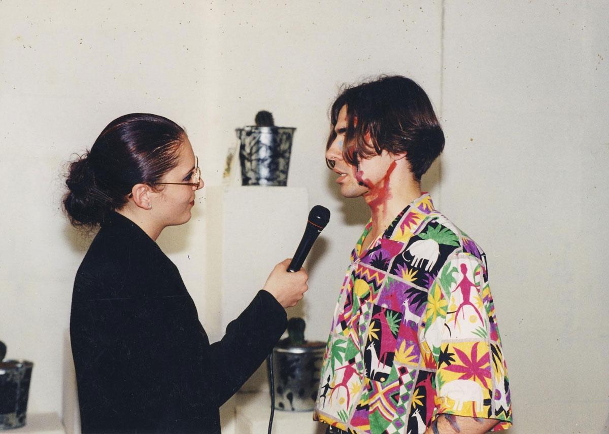 Зміцер Вішнёў дае інтэрв'ю падчас адкрыцця сваёй выставы ў галерэі «Шостая лінія». Менск, 4-5 чэрвеня 1998 г.