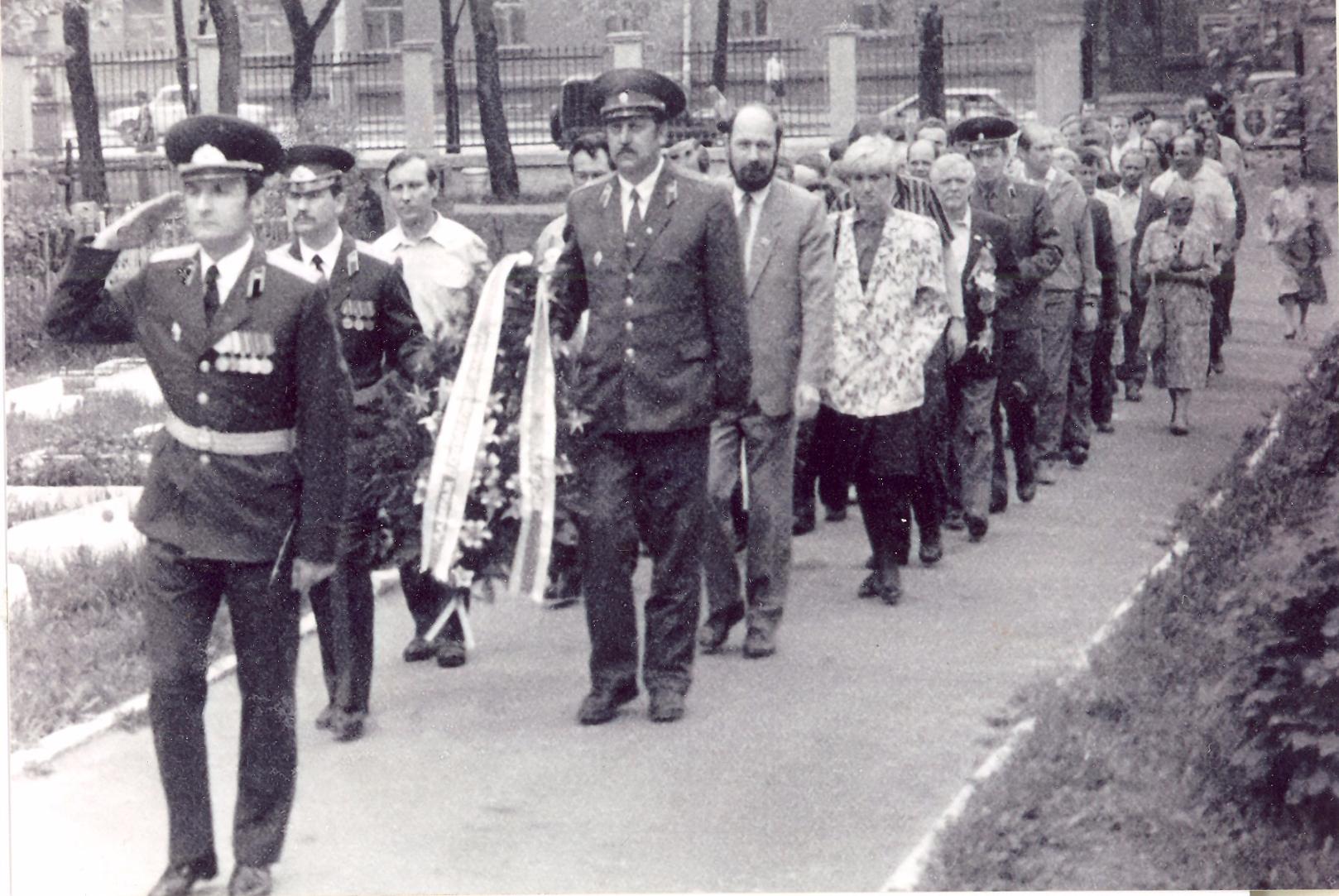 Ускладанне вянка на Вайсковых могілках 8 мая 1993 года.