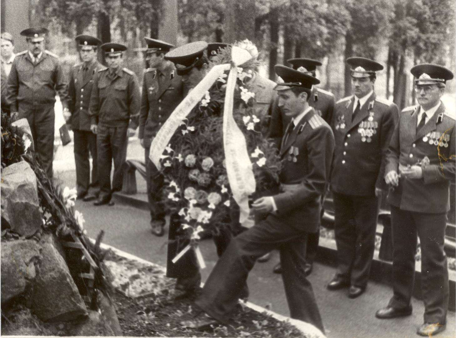 Ускладанне вянкоў сябрамі БЗВ на Вайсковых могілках. 1992 год.