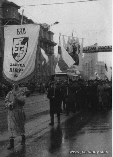 Калона харугвы «Вітаўт» на маршы з нагоды 75-й гадавіны БНР. 21 сакавіка 1993 года.