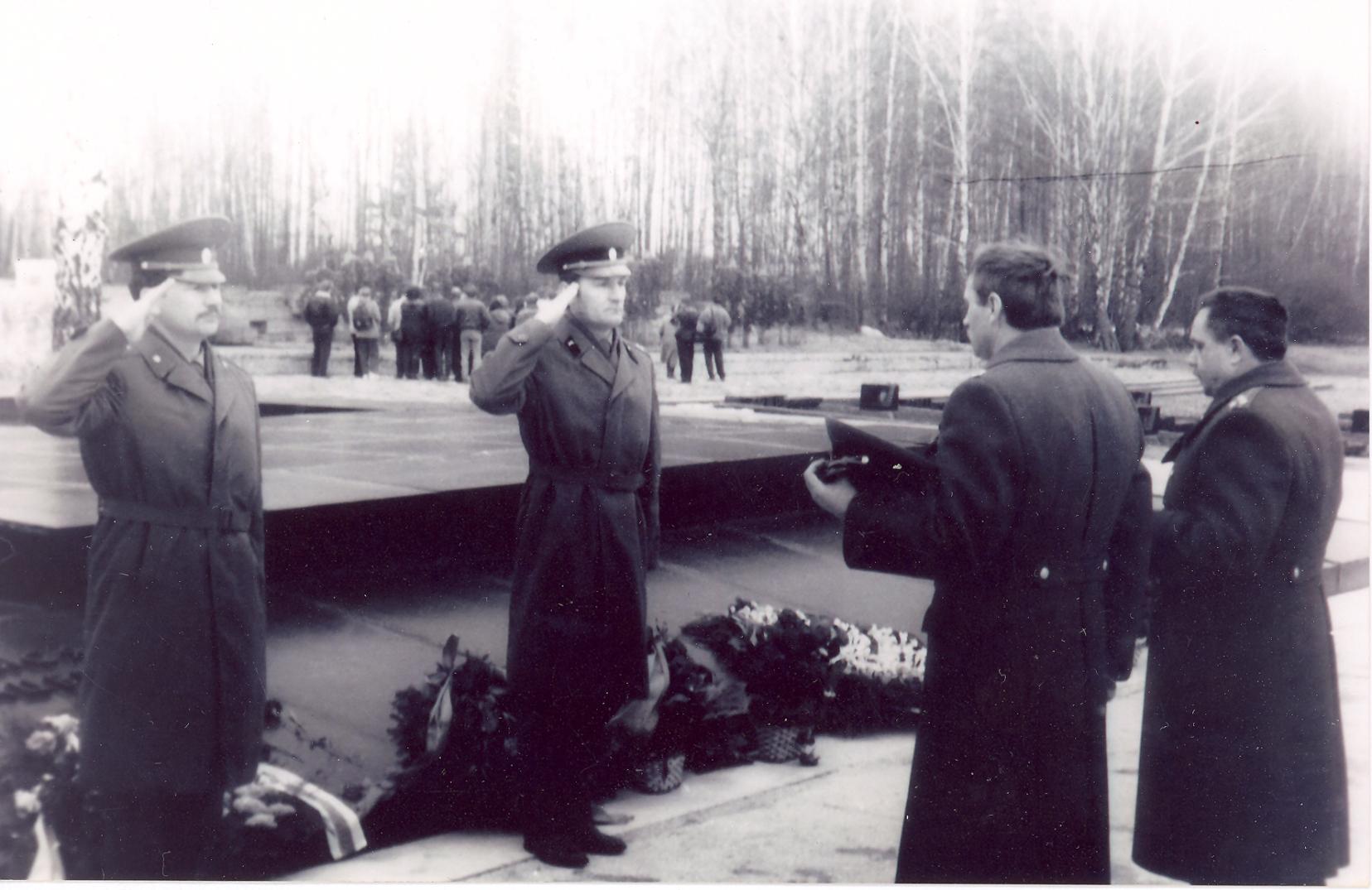 Ускладанне вянкоў у Хатыні з нагоды 50-годдзя трагедыі. 1993 год.