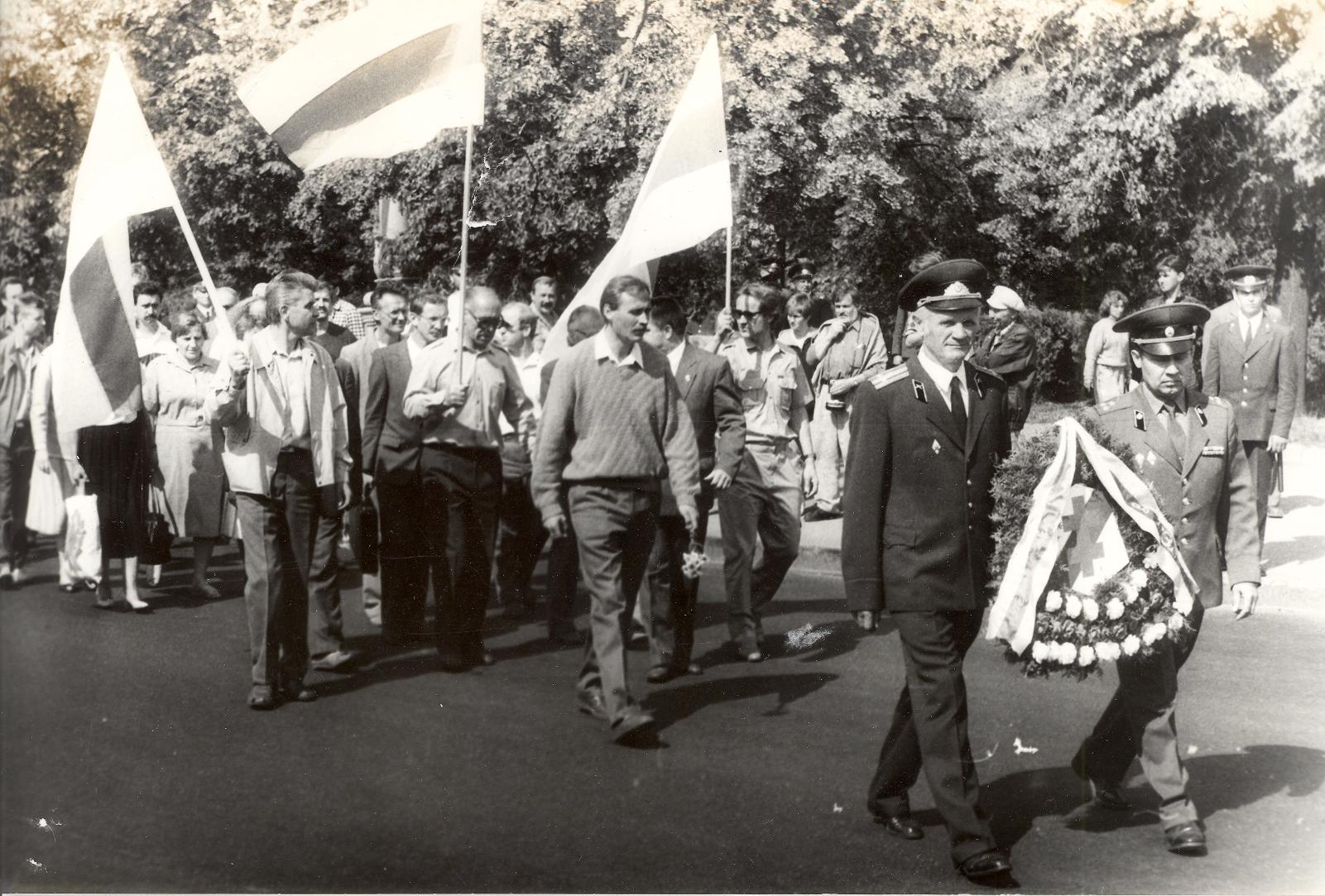 Ускладанне вянкоў і кветак сябрамі БЗВ на плошчы Перамогі. 1993 год.