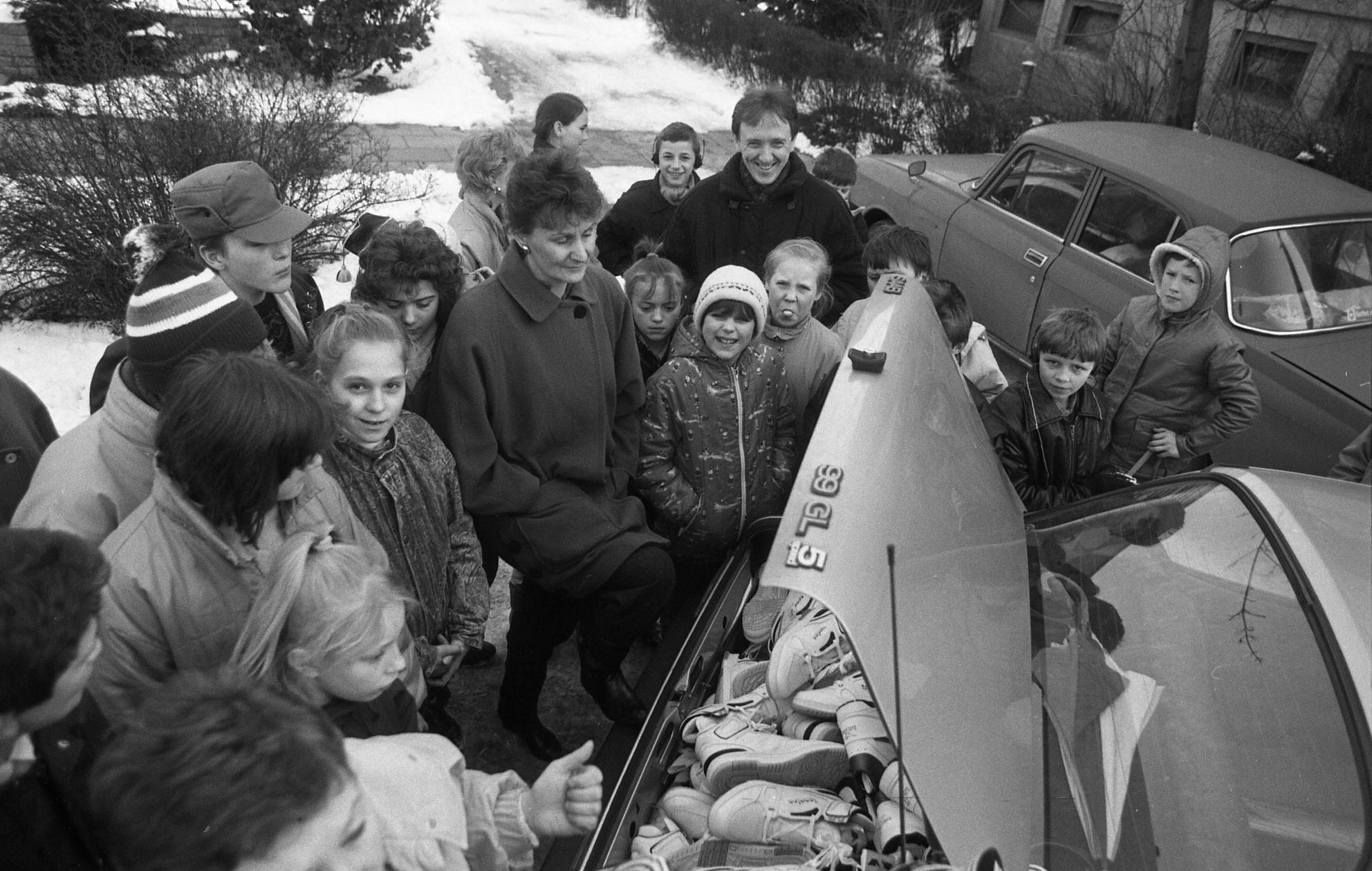 Гуманитарная помощь для детей, пострадавших от чернобыльской катастрофы. Фото Белорусского государственного архива кинофотофонодокументов