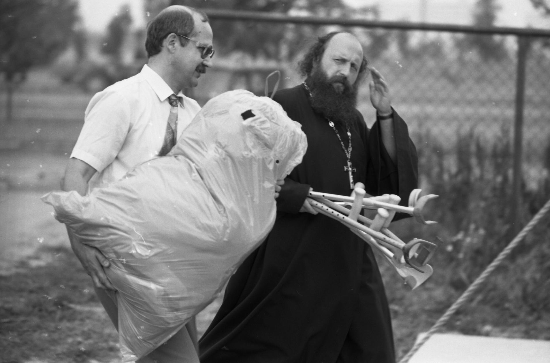 Геннадий Грушевой с гуманитарной помощью для детей, пострадавших от чернобыльской катастрофы. Фото Белорусского государственного архива кинофотофонодокументов