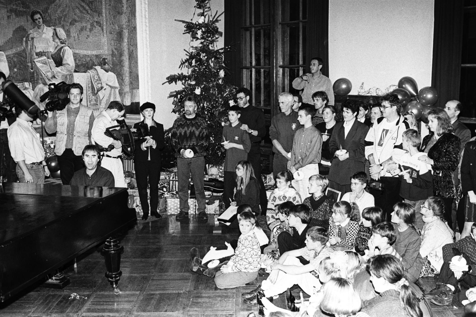 Новогодний праздник, организованный для детей, пострадавших от чернобыльской катастрофы. Фото Белорусского государственного архива кинофотофонодокументов