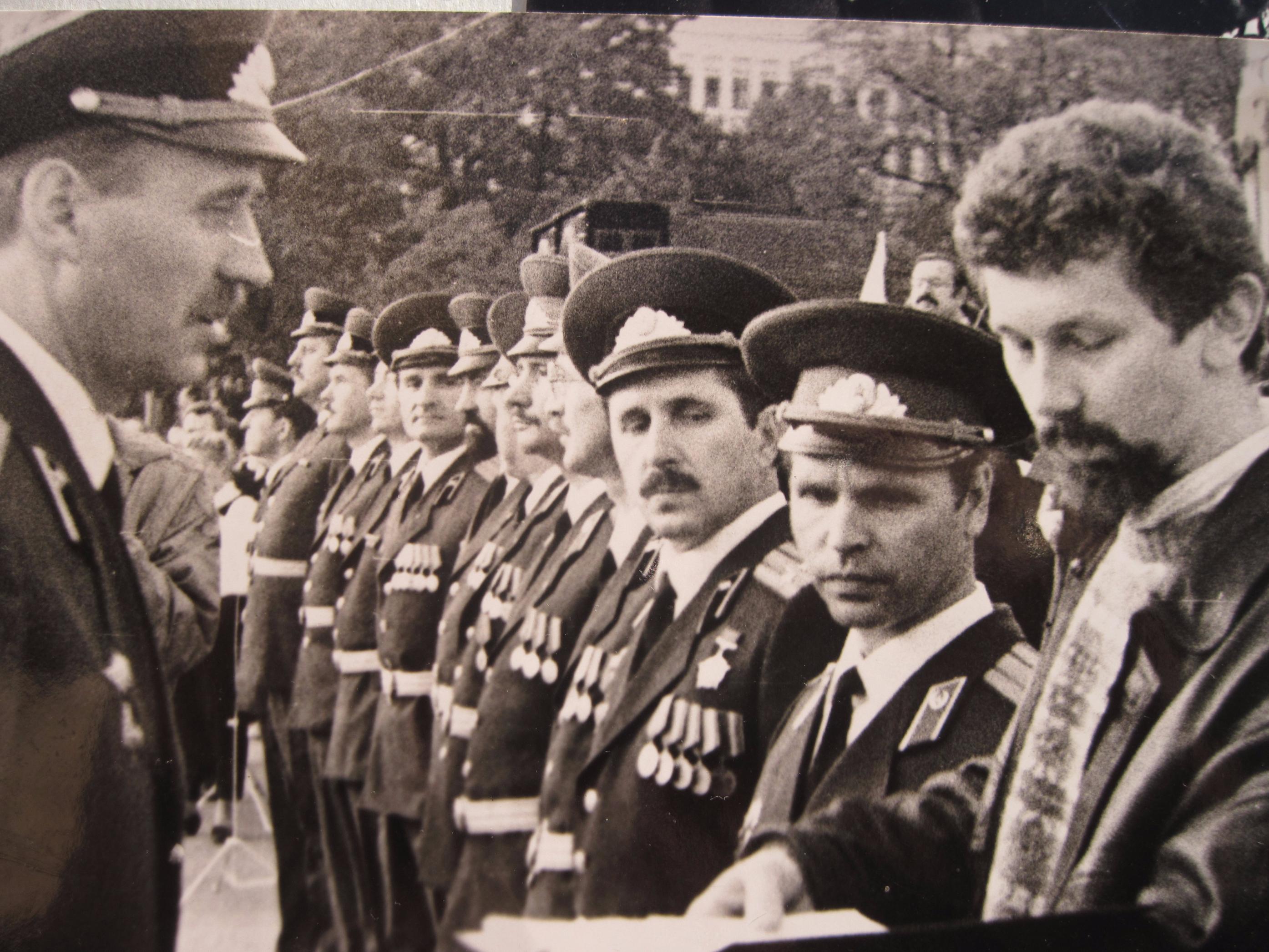 На прысяге Беларусі 8 верасня 1992 года. На пярэднім плане – Мікалай Статкевіч і Сяргей Навумчык.