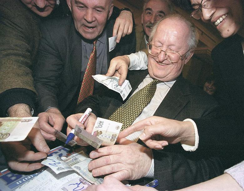 Новый глава Центробанка России Виктор Геращенко расписывается на обесценившихся рублях Фото: Дмитрий Духанин / «Коммерсантъ»
