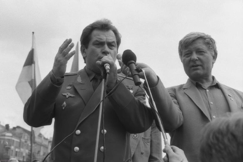 На мітынгу прамаўляе дэпутат ВС і касманаўт У.Каваленак