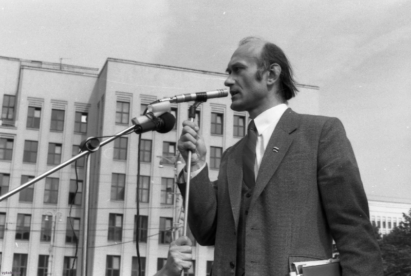 На мітынгу прамаўляе лідэр апазіцыі БНФ – З.Пазьняк