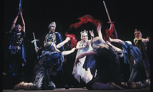 Сцэна са спектакля. У цэнтры Рагвалод (Аляксей Няцветаў) і Рагнеда (Інэса Душкевіч)