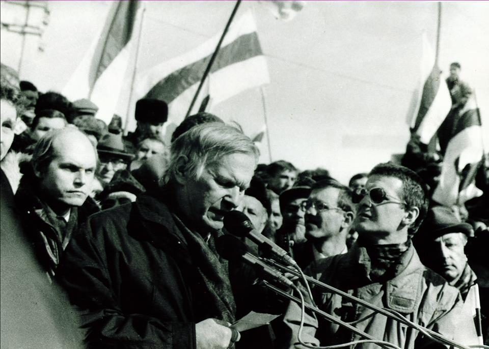 Мітынг 24 сакавіка 1996 г. Выступае Васіль Быкаў.  Фота Георгія Ліхтаровіча.