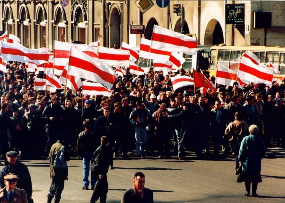 Раніца 24 сакавіка 1996 г. Калона БНФ рушыць па праспэкце Скарыны ад плошчы Незалежнасьці да Вопэрнага тэатру. Фота Георгія Ліхтаровіча.