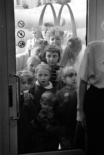 Адкрыццё першага Макдональдса ў Мінску, 1996 год. Фота Сяргея Брушко