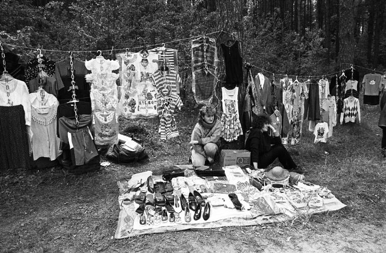 Прыдарожны гандаль у Браслаўскім раёне, 1997 год. Фота з Беларускага дзяржаўнага архіва кінафотафонадакументаў