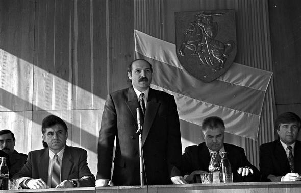 Прэзідэнт Лукашэнка пад бел-чырвона-белым сцягам і Пагоняй. Не пазней за сярэдзіну 1995 года. Фота euroradio.fm