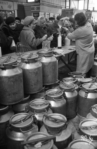 Гандаль малаком на Чыжоўскім рынку ў Мінску (БелТА)