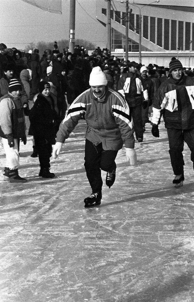 Аляксандр Лукашэнка каля мінскага Палаца Спорта (1996 год,