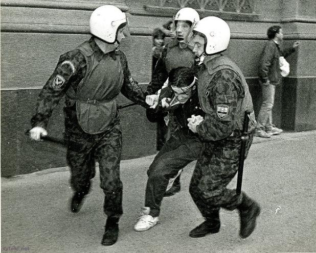 Мітынг каля будынка Нацыянальнага банка, 30.05.1996. Сайт http://vytoki.net/