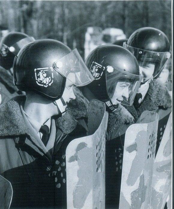 'Пагоня' на шлемах АМАПу захавалася нават падчас 'менскай вясны' (24 сакавіка 1996 года)