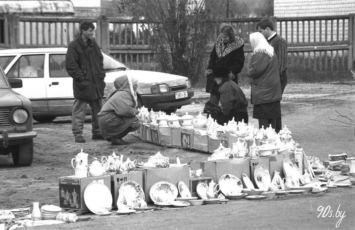 Работнікі Добрушскага фарфоравага завода гандлююць прадукцыяй свайго прадпрыемства на выездзе з горада (БелТА)