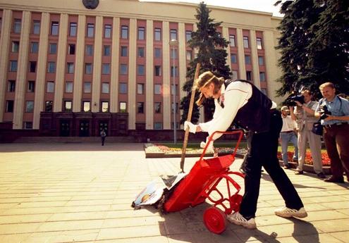 Алесь Пушкін на перфомансе «Гной для прэзідэнта». Фота bymedia.net