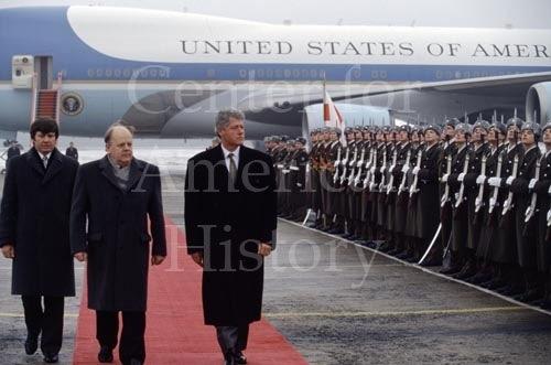 Председатель Верховного Совета Беларуси Станислав Шушкевич встречает Билла Клинтона в аэропорте