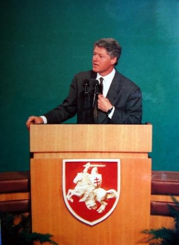 Клинтон выступает перед  белорусской молодежью в Академии наук