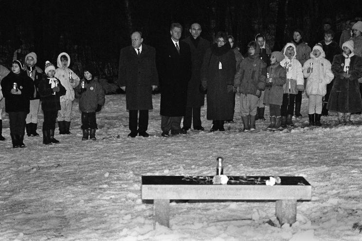 Станислав Шушкевич, Билл Клинтон и Зенон Позняк во время установки мемориальной скамьи в Куропатах. Фото Сергея Брушко