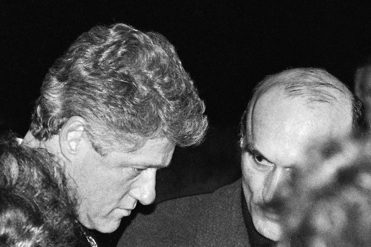 Билл Клинтон и Зенон Позняк во время установки мемориальной скамьи в Куропатах. Фото Сергея Брушко