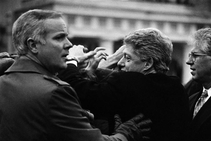 Белорусы приветсвуют Билла Клинтона на Площади Победы. Фото Сергея Брушко