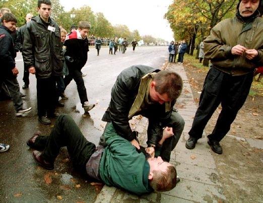 Міраслаў Лазоўскі адбівае напад п'янага на калону дэманстрантаў на акцыі апазіцыі «Марш свабоды-99». 17 кастрычніка 1999 года