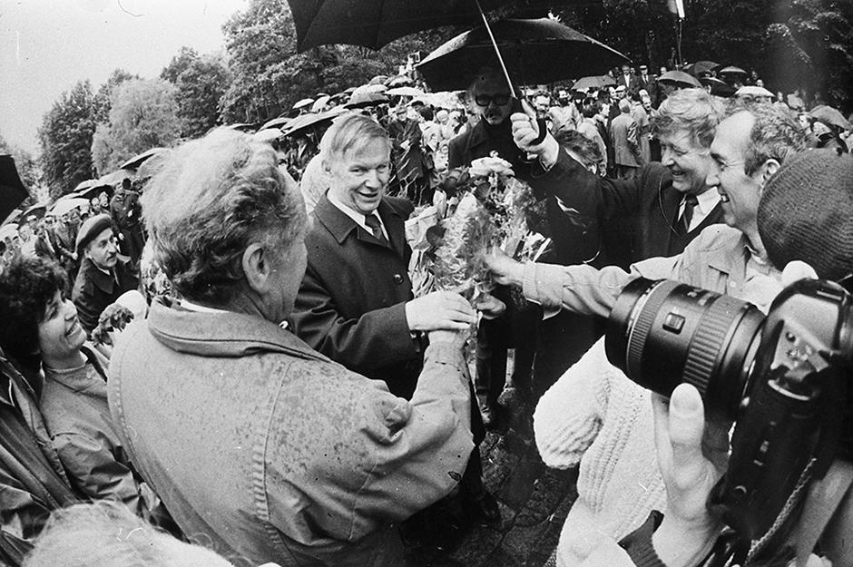 Быкаў падчас святкавання свайго 70-годдзя (Мінск, 1994 г.).