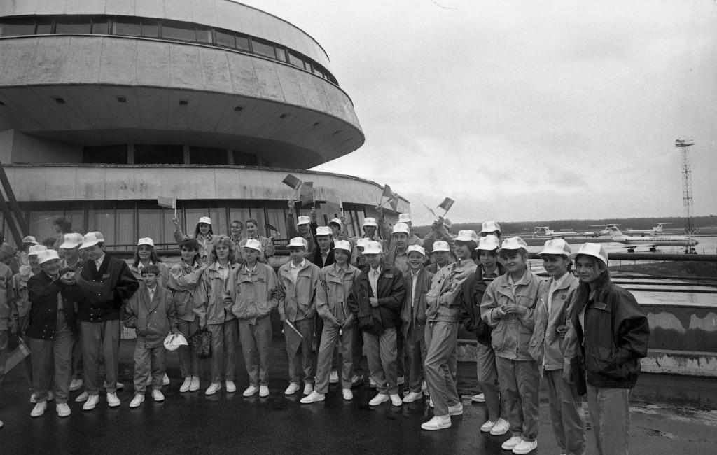 Школьники из загрязненных районов Минской области в аэропорту Минск-2 перед отлетом на отдых в Италию, 1990