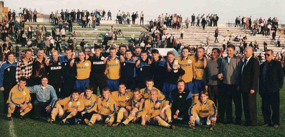 Команда «БАТЭ» празднует первую победу в высшей лиге чемпионата Беларуси в 1999 году.